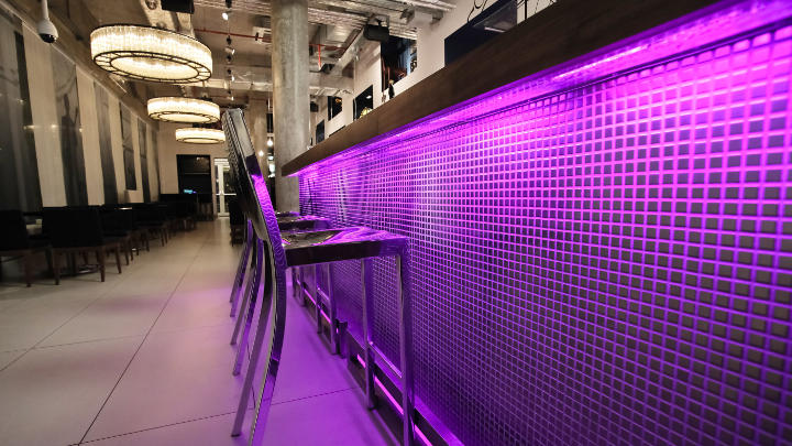 Iluminación del bar en Some Place Else con iColor Cove de Philips Lighting